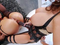 Amigas lésbicas enfiando o vibrador no cu