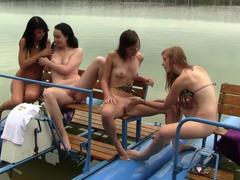 Amigas lésbicas se divertindo no parque