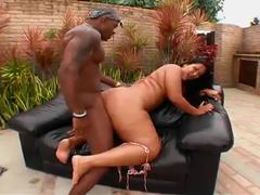 Negro enfiando sua rola grande na bunduda