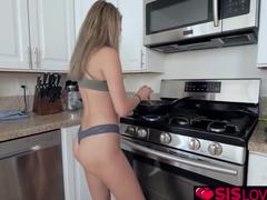 Pegou a namoradinha de calcinha na cozinha
