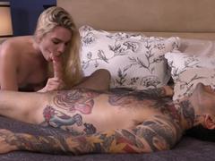 Safadinha mamando o tatuador de sorte