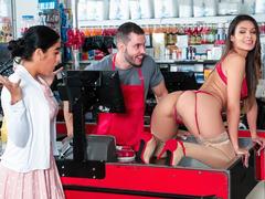 Cliente puta e gostosa dando pro balconista de sorte