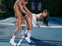 Gina Valentina no sexo brasil no meio da quadra de tênis
