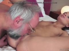 Novinha safada fazendo sexo com velho
