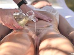 Gatinha delicia excitada na massagem dando a boceta quente